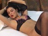 Сексуальная длинноволосая красотка распахивает обе сладкие дырочки