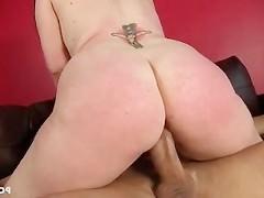Большегрудая порно звезда не стала скрывать от мужика, которому она делала массаж, что хочет с ним потрахаться. И вскоре уже пенис самца вовсю долбил вагину этой шлюшки!