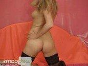 Гиг Порно  Секс-бомба в чулках мастурбирует на камеру