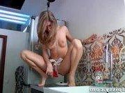 Гиг Порно  Девушка увлеклась на кухне мастурбацией