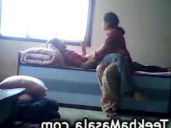 Скрытая камера пишет пошлый секс молодой индийской пары на кровати в разных позах