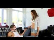 Сногсшибательная порно модель в шортиках