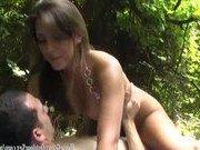 Парочка нашла в парке уютное местечко для секса