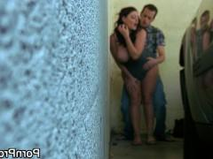 Мужик завел зрелую порно модель в угол парковки и трахает ее там