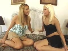Зрелая домохозяйка делится с молодой подружкой хуем своего бой-френда на групповом сексе