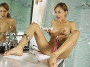 Порно звезда и ее мастурбация в ванной