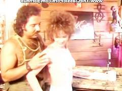 Развратная сучка хочет потрахаться с утра с мужиком и вновь познать его классный фаллос в своей вагине. Именно поэтому она соблазняет его и настраивает на порочный лад!