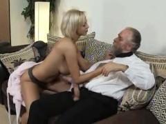 Игривая молодая сучка сняла халатик и увлекла пузатого престарелого мужика в секс с ней
