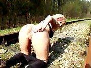 Парочка экстрималов на железнодорожных путях