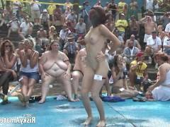 Публичная вечеринка по раздеванию зрелых любительниц на сцене перед публикой