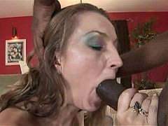 Зрелая баба дико и неудержимо хочет огромный черный хуй негра