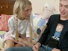 Молодая девка предлагает пацану не стесняться и выебать ее агрессивно в жопу