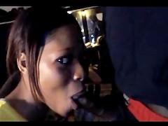 Скрытая камера сняла развратный секс молодой негритянки с одним из ухажеров