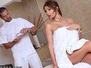 Порно звезда сама совратила нерешительного массажиста