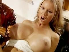 Большегрудая немецкая секретарша предлагает начальнику настоящее сексуальное шоу