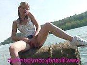 Молоденькая девочка мастурбирует на озере