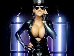 В своем латексном костюме бразильская полицейская дама выглядит настоящей порно звездой. И она специально держит в руках вибратор, чтобы поласкать пизденку и убить дрочеров наповал!