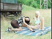 Подружки развлекаются на небольшом пикнике