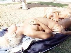 Две молодые блондинки устроили лесбийское траханье на улице