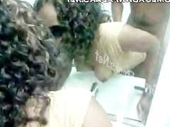 Зрелая негритянка стоит раком в ванне и смотрит на себя в зеркало