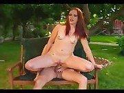 Парочка сексуально забавляется во дворе своего дома
