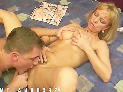 Порно зрелая раздевается перед парнями фото 509-801