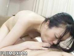 Получив невероятный оргазм от вибратора, японская баба набрасывается на пенис мужика и начинает его сосать. А потом и вовсе раздвигает ноги, чтобы принять тот внутрь!