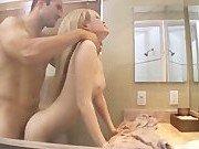 Муж вогнал свой хер в ротик жены на унитазе
