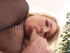 Распутная блондинка настолько разошлась, во время своего сношения с мужиком, что сама попросила его натянуть ее задницу на хер. И мужчина не стал отказывать ей в этом удовольствии!