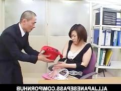 Зрелая азиатка танцует развратный стриптиз и трахает дилдо волосатую пизду