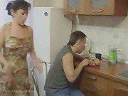 Жена разозлила мужа и получила его хер на кухне