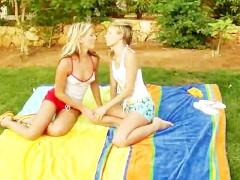 Симпатичные блондинки решили устроить себе пикник, который будет сплошь состоять из интимных ласк. И им потрясающе удалось сделать это и получить удовольствие!