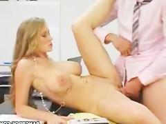 Когда блондинка поняла, что шеф недоволен ее работой, сразу устремилась к нему в кабинет. Нужно было срочно потрахаться с ним, чтобы снять возникшее между ними недоразумение!