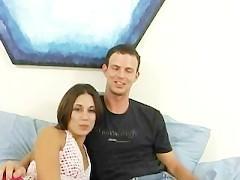 Симпатичная семейная пара намерена показать всем дрочерам, насколько они хороши в постели. И нам остается только посмотреть на то, как они умеют наслаждаться в разных позах!