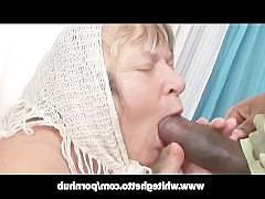 Старая бабка сосет черный хуй и рассчитывает увидеть его в своей пизде