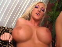 Гиг Порно  Зрелая блондинка умело дрочит хуй большими сиськами и впускает в пизду