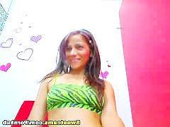 Молодая латинка разделась перед камерой и подрочила свою пизду