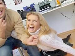 Улыбаясь, блондинка весело общалась с мужиком и так же радостно стала с ним спариваться. А потом, легко и непринужденно, приняла его фаллос в свою вагину!