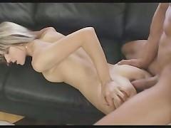 Порно модель была полна надежд получить классное траханье от такого приятного парня. И тот порадовал ее тем, что сумел вонзиться фаллосом в попку этой кокетки!