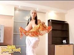 Пышногрудая арабская порно звезда танцует развратный стриптиз на камеру