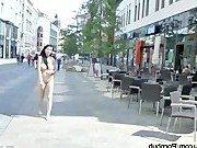 Девушка ходит голой по улицам города