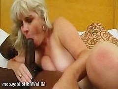 Зрелая тетка с висячими дойками с наслаждением сосет огромный черный фаллос