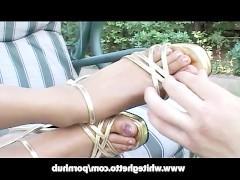 Умелая молодая негритянка дрочит хуй ухажера ногами во дворе своего дома
