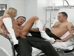 Красивая молодая медсестра участвует в группохе с посетителем и пациентом