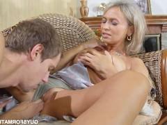 Зрелая блондинка трахается с молодым любовником на диване в классической позе