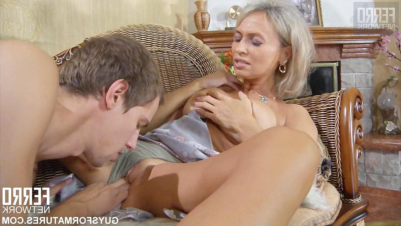 зрелая блондинка трахается со своим мрлодым любовником