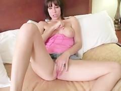 Восхитительное влагалище молодой порно модели истекает соком от сладкой дрочки