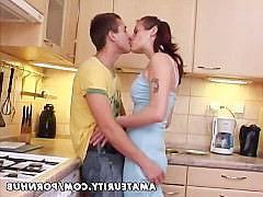 Молодая домашняя пара трахается на кухне с оргазмом и спермой на лицо