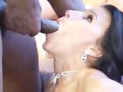 Громадный хуй негра жестоко вторгается в пизду и жопу зрелой порно звезды