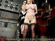 Госпожа жестоко сношает киску рабыни пальцами